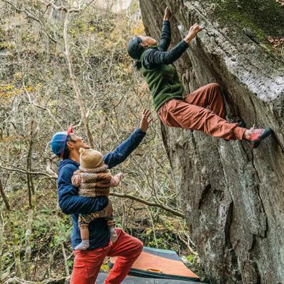 Patagonia Familie beim Bouldern
