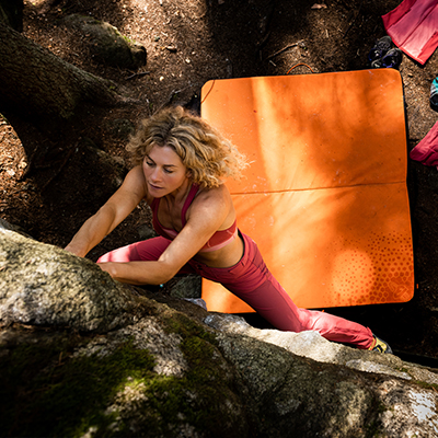 Cecile Skog beim Felsbouldern
